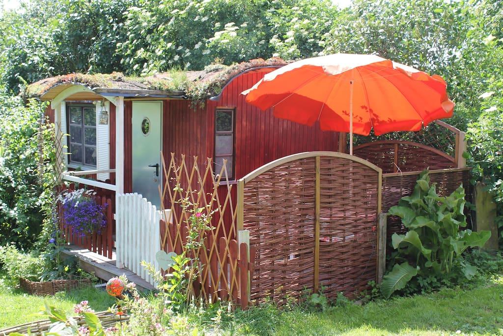 gem tlicher bauwagen im garten mit duschbad tiny houses for rent in stocksee schleswig. Black Bedroom Furniture Sets. Home Design Ideas
