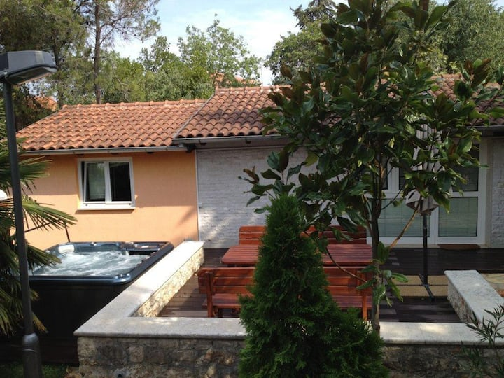 Villa in Pula with Jacuzzi, 2 bedrooms and 2 baths