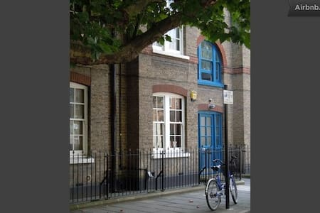 Twin (or double) room in cozy flat near Shoreditch - Lontoo