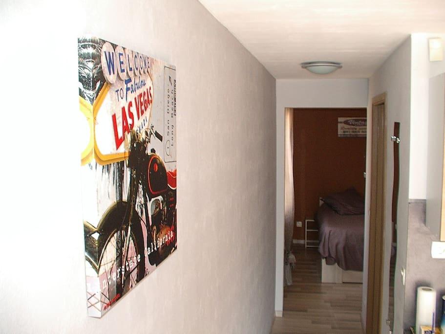 Couloir donnant au sanitaire et à la chambre