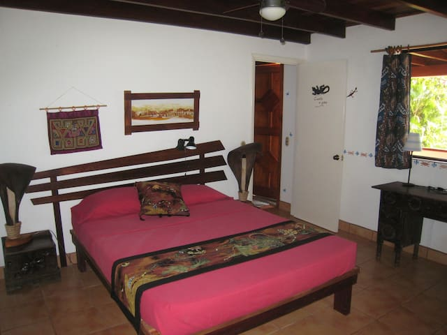 A comfortable queen size bed with private bath in the Quarto del Gekko