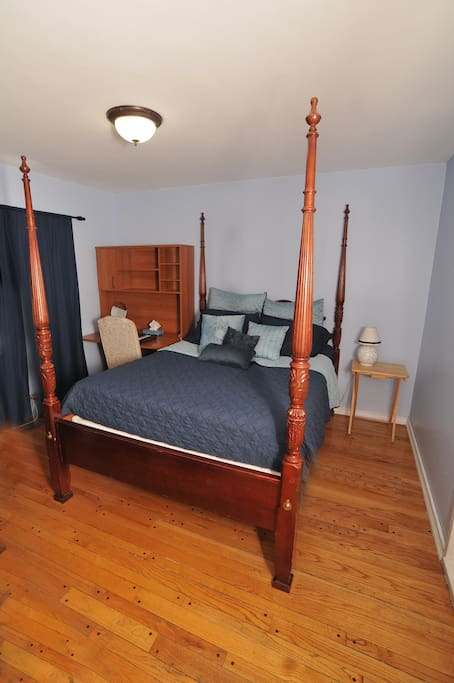 A queen-sized 4 Poster bed.  In reviews, Guests say this is an incredibly luxurious mattress that provides deep sleep and sweet dreams