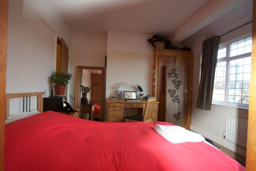 Master bedroom.. with ensuite.. and £1000++ Tempur mattress.. lovely ensuite!! etc.. bright and LARGE