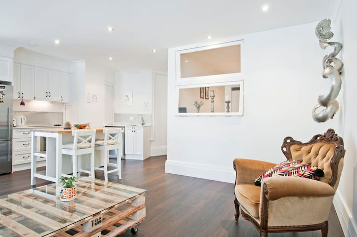 Modern, Spacious & Arty Pad - Surry Hills