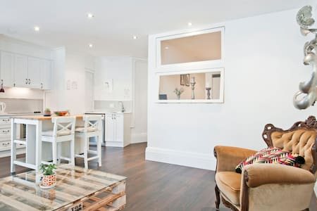Modern, Spacious & Arty Pad - Surry Hills - Apartment
