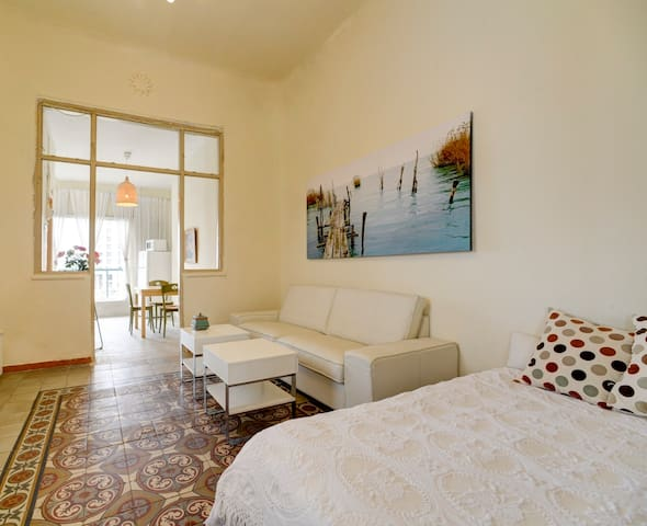 Neve Tzedek Spacious 1BR  with private Roof Terace