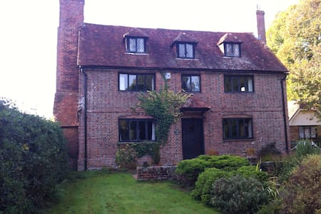Spacious double room in Grade 2 listed cottage. - Lingfield