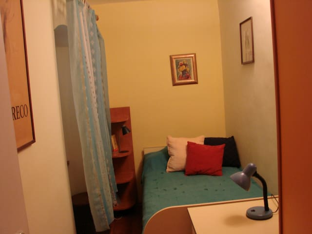 "Yellow single room in ""Chez Nous"" - Split - House"
