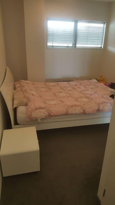 침실2. 퀸사이즈 침대와 semi Ensuite 욕실 갖춘 두번째 침실