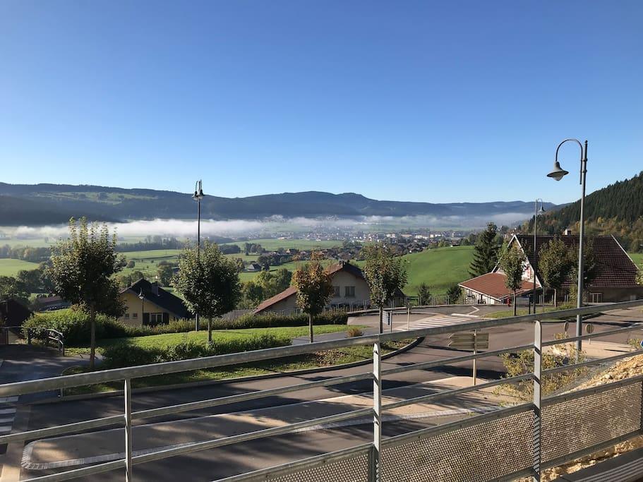 Vue sur Morteau et la suisse voisine depuis les 40m2 de la terrasse couverte.
