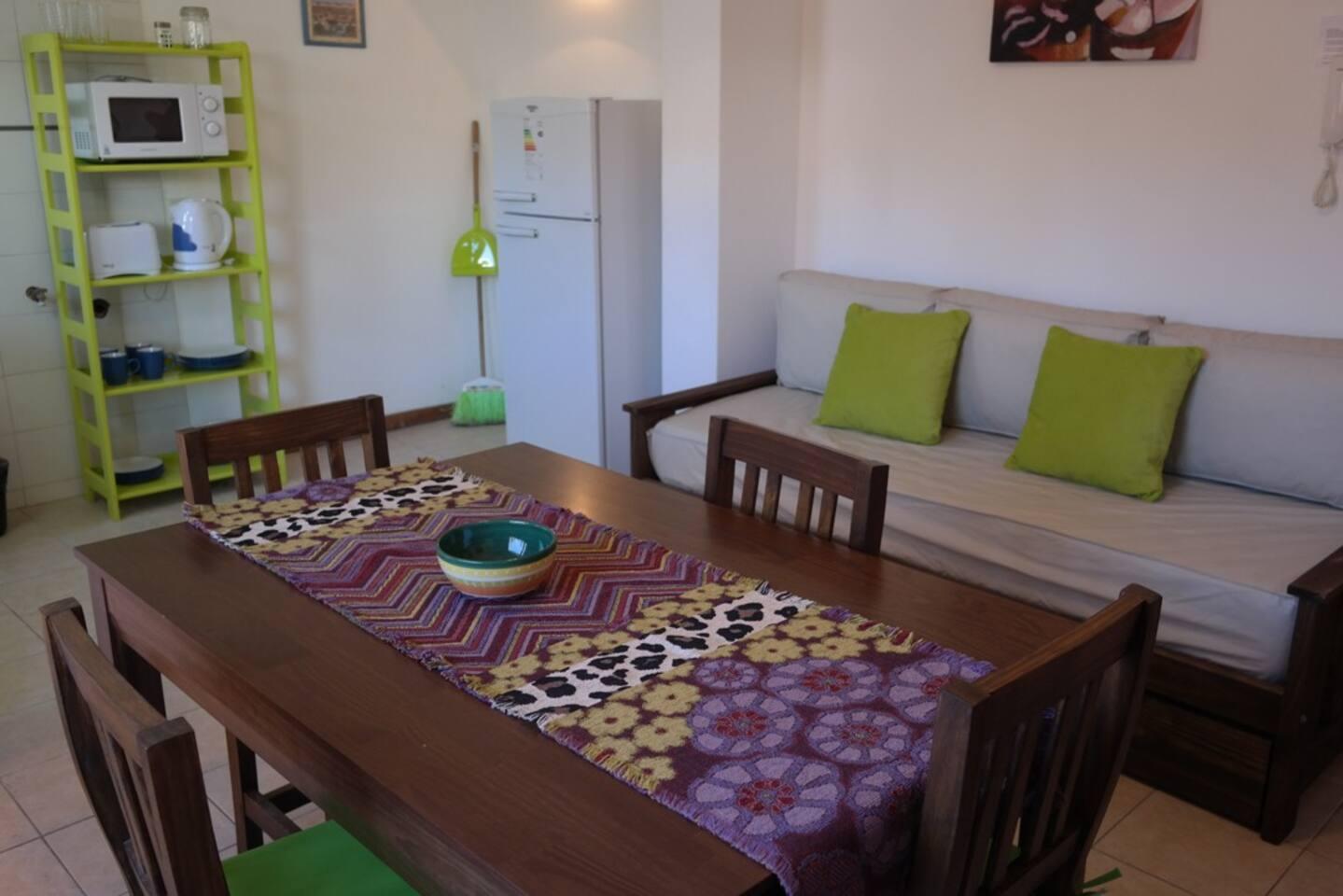 Comodo Living con sofacama y cocina integrada