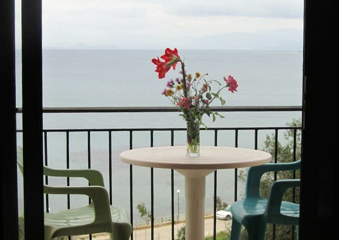 Quiet Seaview Beachfront Apartment, 4 to 5ppl - Agios Nikolaos - Apartamento