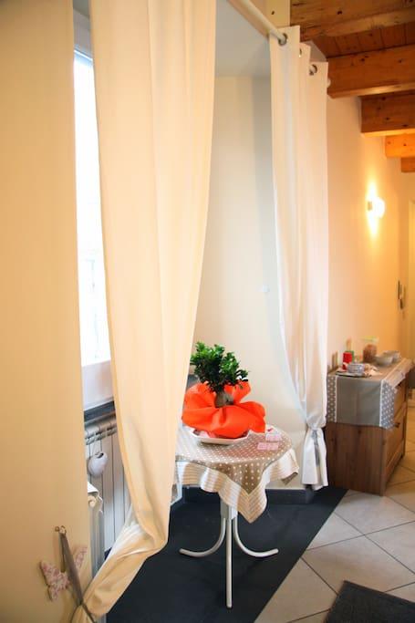 una parte della sala pranzo, dove troverete anche un angolo brochure con tutte le info utili su cosa visitare, come il Vesuvio e gli Scavi di Ercolano e Pompei