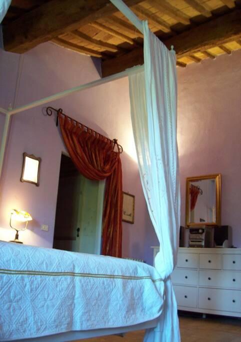camera da letto con letto a baldacchino