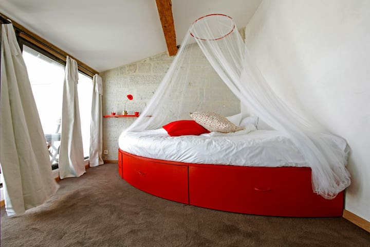 Cosy bedroom with big angle double bed, private roof terrace and  bathroom / air conditioner - Confortable chambre double, avec terrasse tropézienne privé, lit double en angle et salle de bain / climatisation réversible.