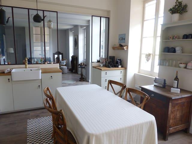 La cuisine est spacieuse et bien équipée pour préparer les produits frais achetés au marché de Chatelaillon.;