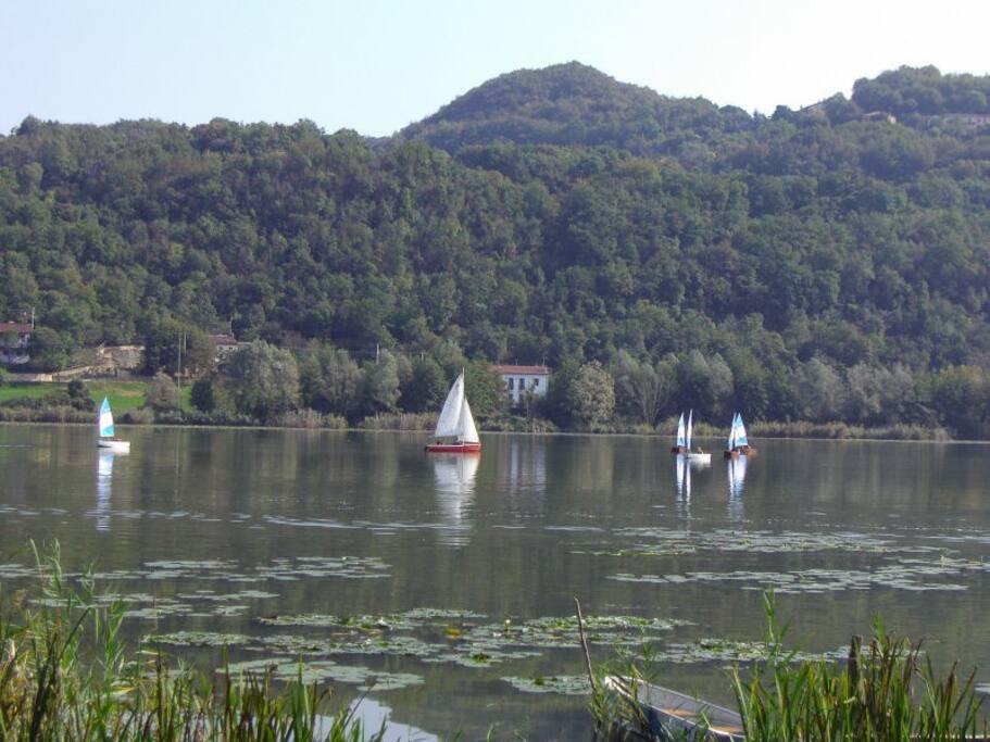 le lac et la colline ou se trouve la maison