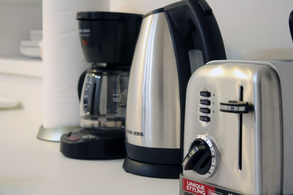 Fully equipped kitchen. Electric tea kettle, coffee maker (and coffee!), toaster and microwave