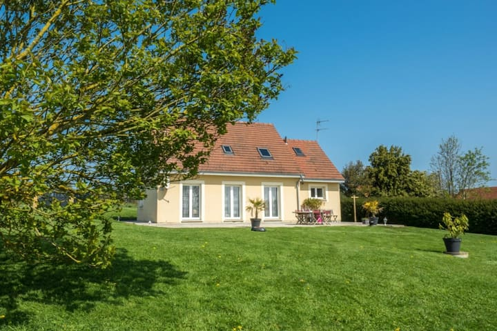 House with garden. 1km from the coast. Nearby Bayeux and the landing beaches