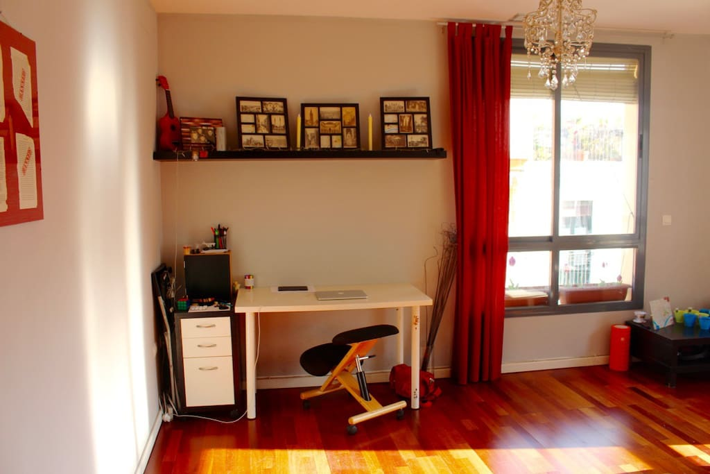 Desk corner with ergonomic kneeling chair and wifi