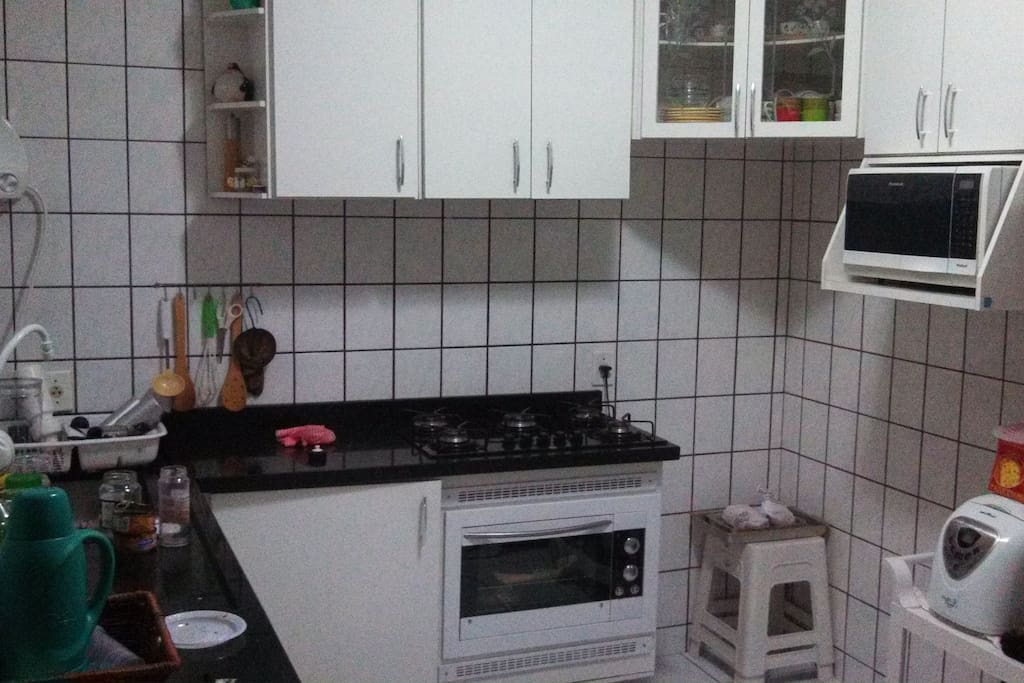 Cozinha completa com microondas cooktop e forno elétrico