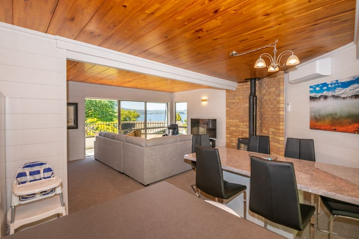 Stylish Home with Great Lake Views, BBQ & Wifi