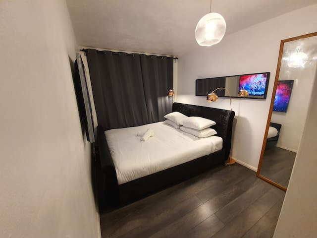 "SUPERKING BED/65"" 4K tv/15 min from central London"