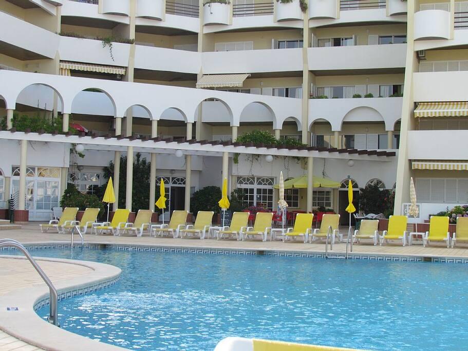 Grande terrasse et grande piscine.