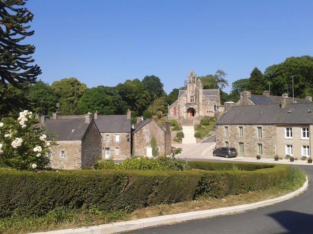 Maison dans joli bourg de caractère à 20 mn mer - Loc-Envel - Haus