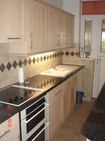 Single Room In Furnished 3 Bedroom House