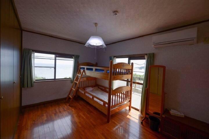 渚のゲストハウス「奄美ロングビーチ」 海の見える2段ベット