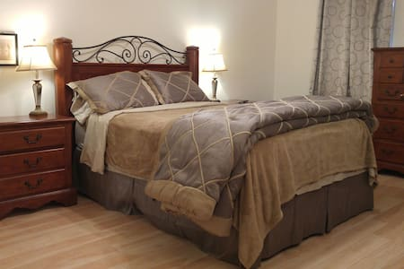 Master bedroom with private bath - Raleigh - Huis