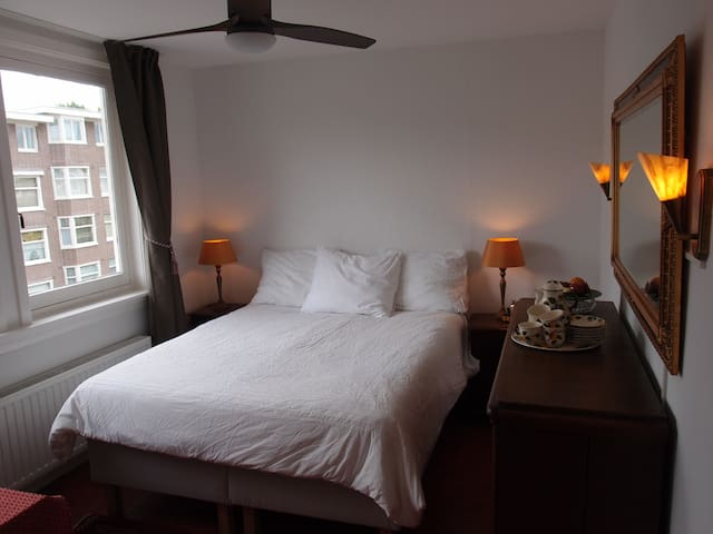 Basic Top Floor Room with private bath. - Amsterdam - Flat