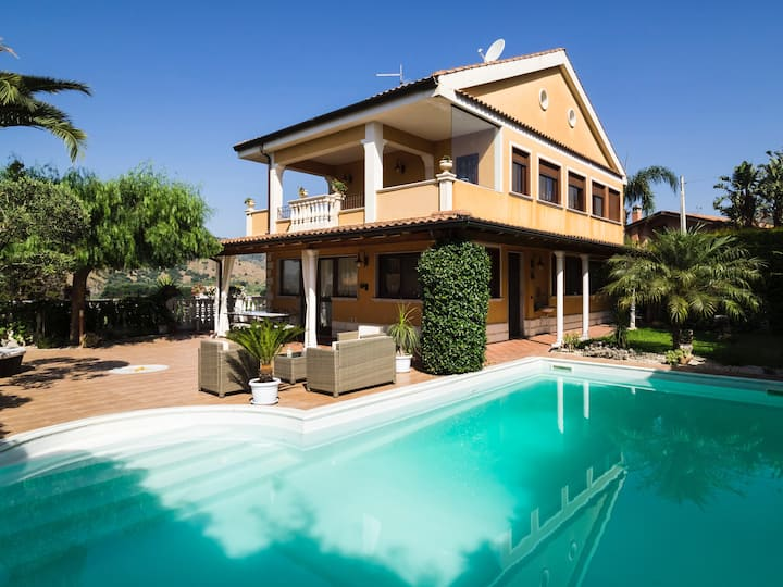 Cosy villa with private pool, superb view and WiFi