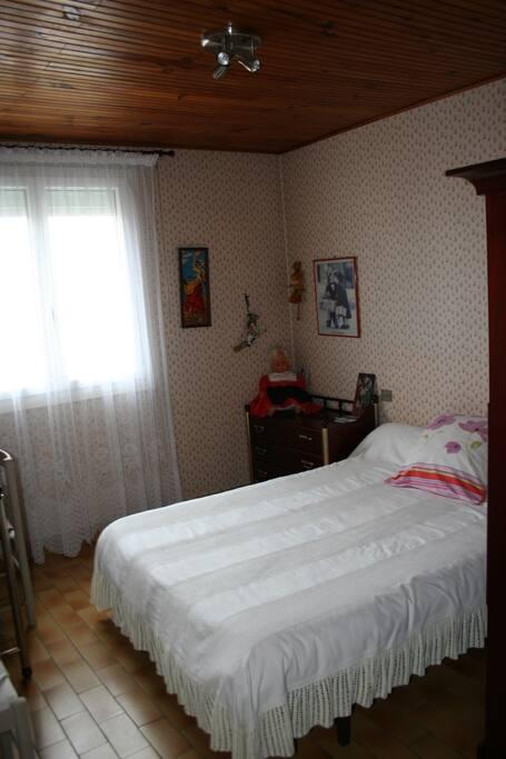 Chambre 2 lit en 140  2 commodes + une armoire penderie