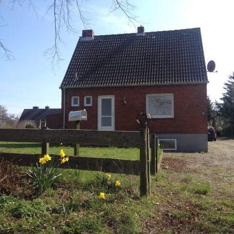 Kleines Backsteinhaus am Golfplatz - Schashagen - บ้าน