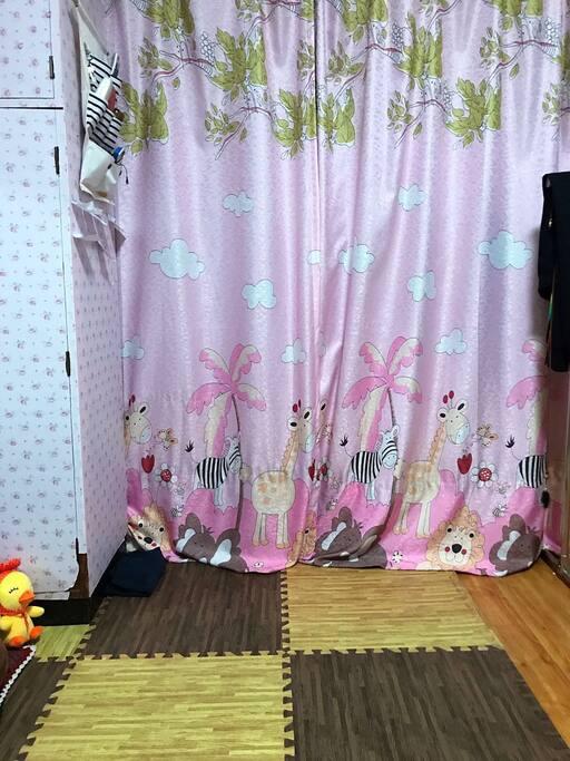 飘窗上的窗帘放下,可以有个简单的私密空间