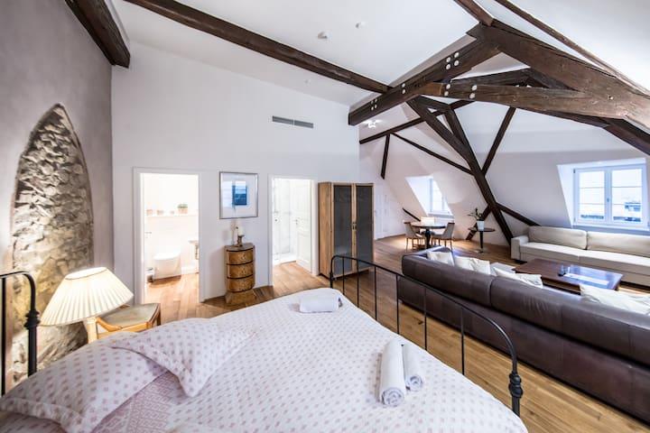 Das großzügige Bett im offenen Studio
