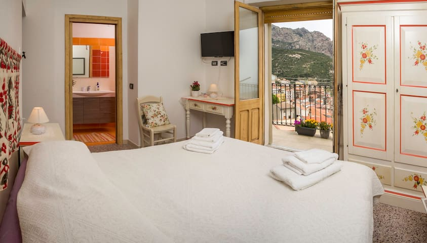B&B Aria 'Ona, CAMERA ROSSA con vista panoramica - Villagrande Strisaili - Szoba reggelivel