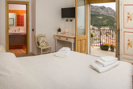 B&B Aria 'Ona, CAMERA ROSSA con vista panoramica - Villagrande Strisaili