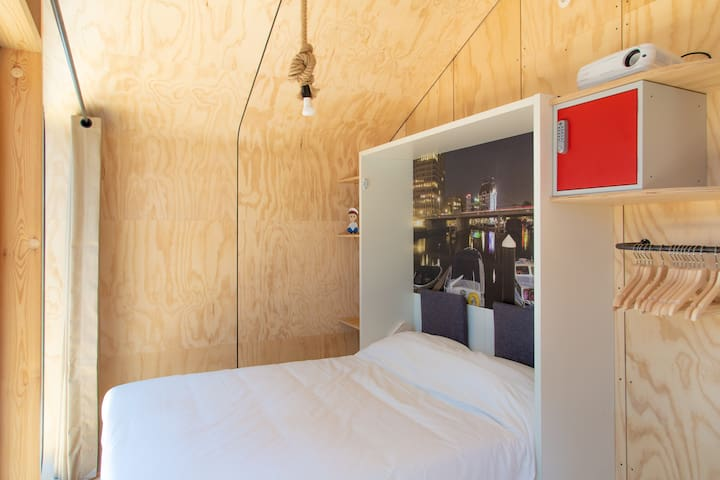 The 2-person Murphybed in the small room
