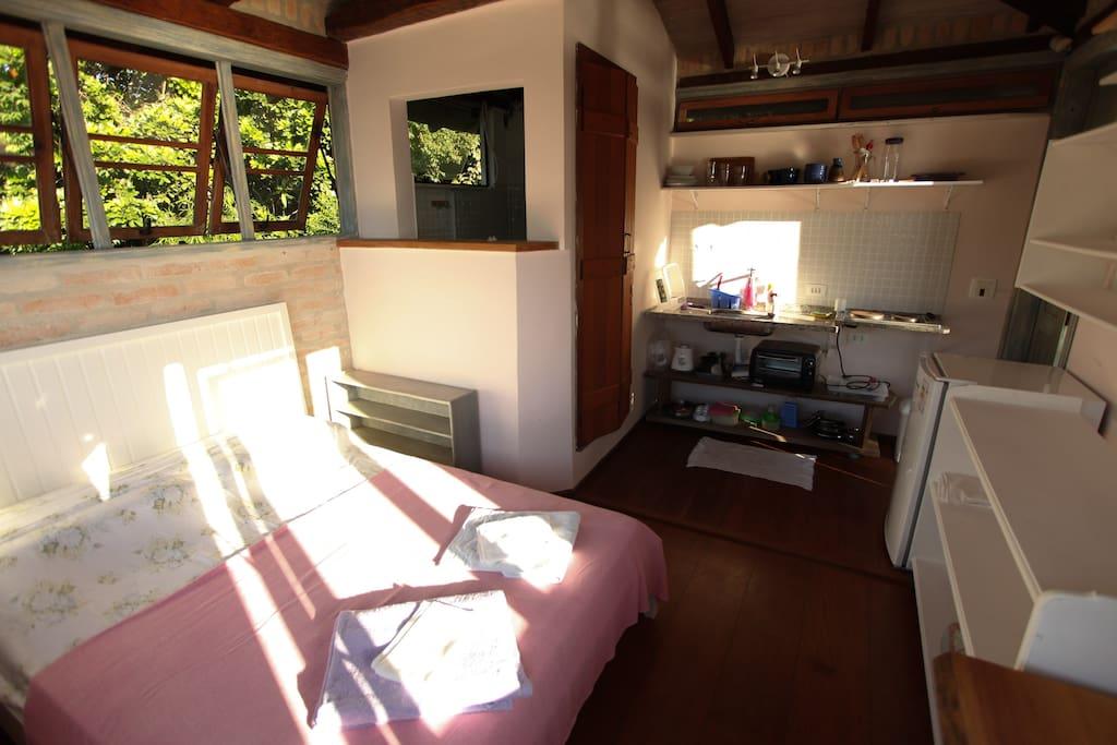 Outro lado do quarto, banheiro e cozinha - Other side of the room, toilet and  kitchen