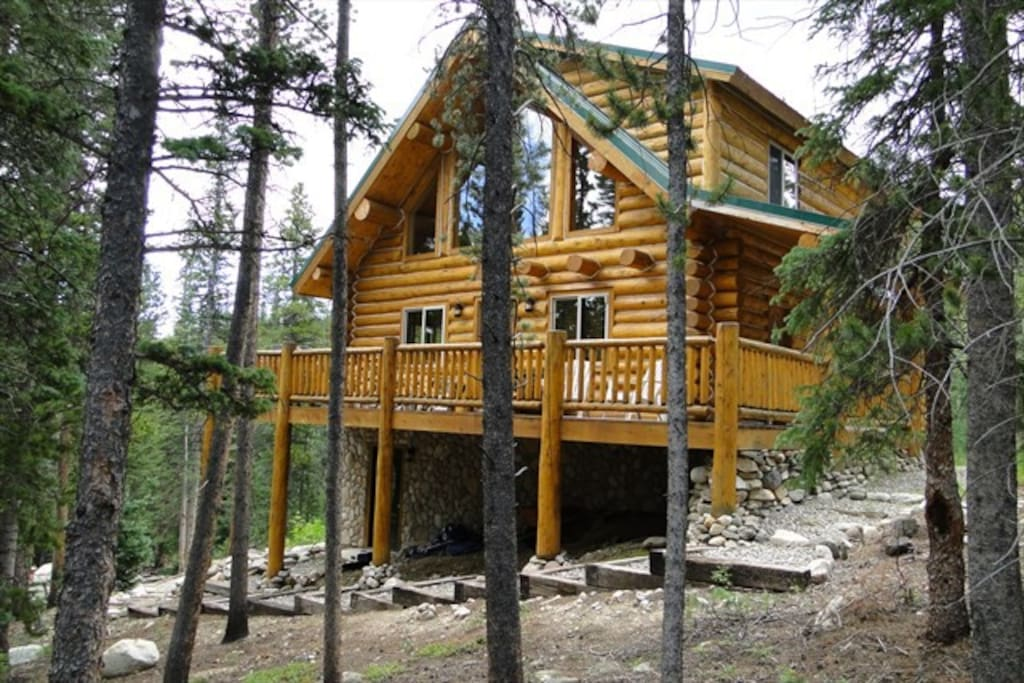 Pinecone Mountain is a beautiful secluded log home.