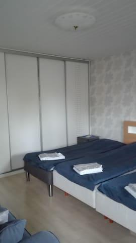Iso makuuhuone lisävuoteella