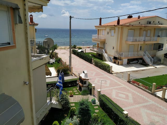 Seaside Apartment 10m from Beach, WiFi & Parking