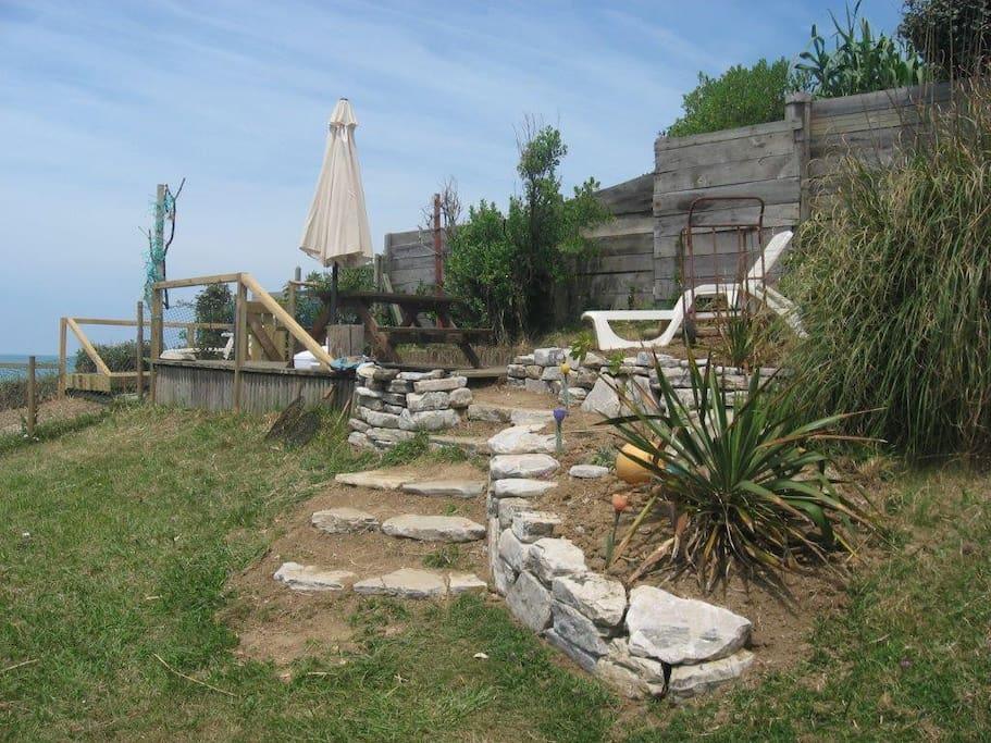 jardin front de mer , accès au deck surplombant la plage