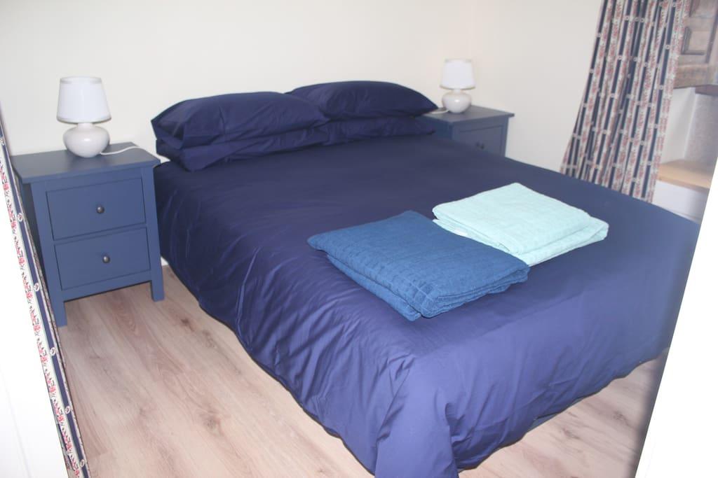 Double bed with en suite bathroom (shower).