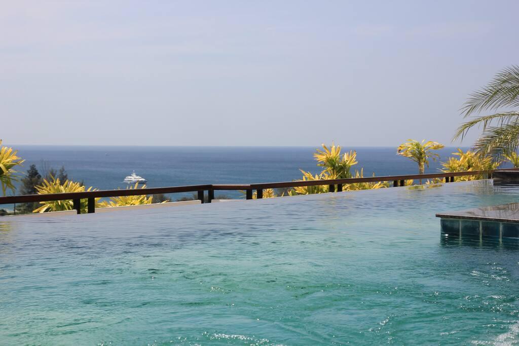 A rooftop swimming pool with panoramic sea views. /Бассейн на крыше с панорамным видом на море.