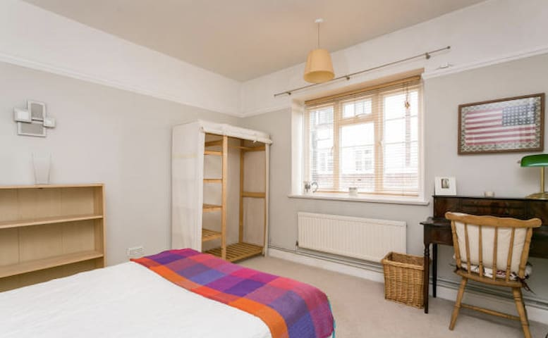 Comfy space minutes from central London