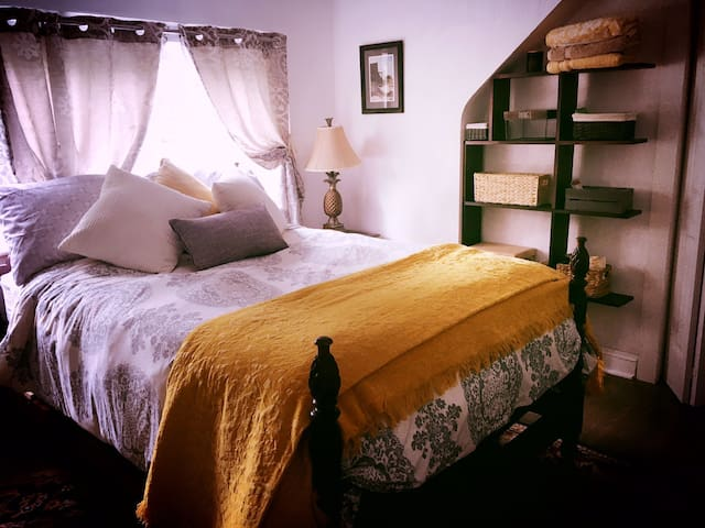 Pineapple Room in Remodeled 1940's old Church home